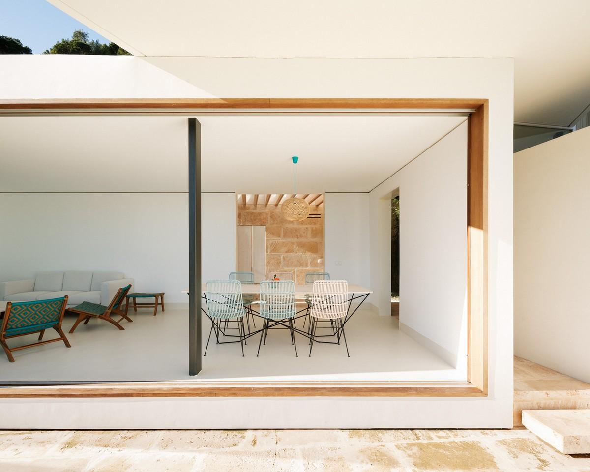 Загородный дом с бассейном на склоне в Испании