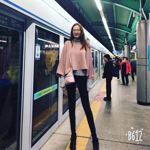 Монгольская девушка с рекордно длинными ногами стала моделью