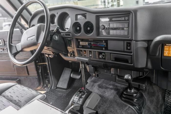 Модифицированный Toyota Land Cruiser 1988 с сиденьями от BMW 5-й серии