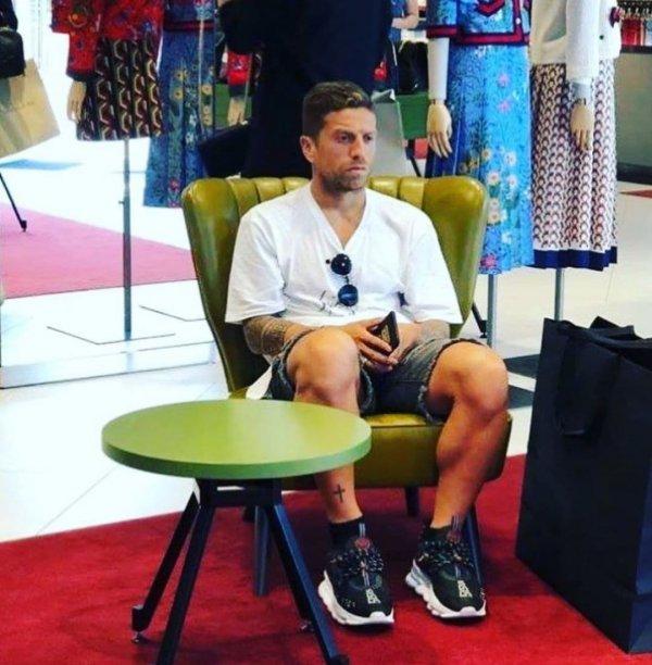 Трудное ожидание мужчин на шопинге