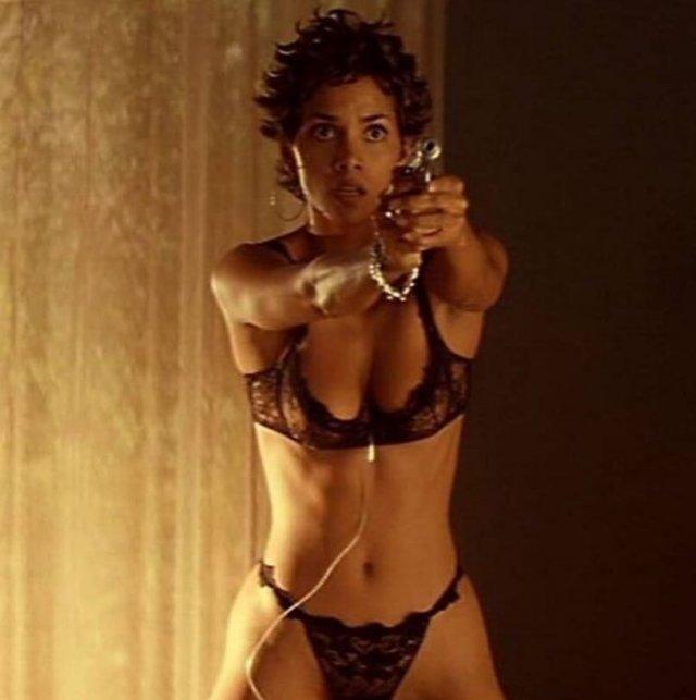 Знаменитые актрисы с оружием в руках на снимках