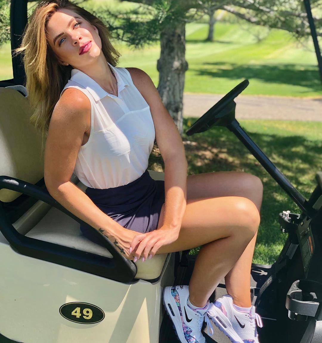 Красивые девушки-гольфистки