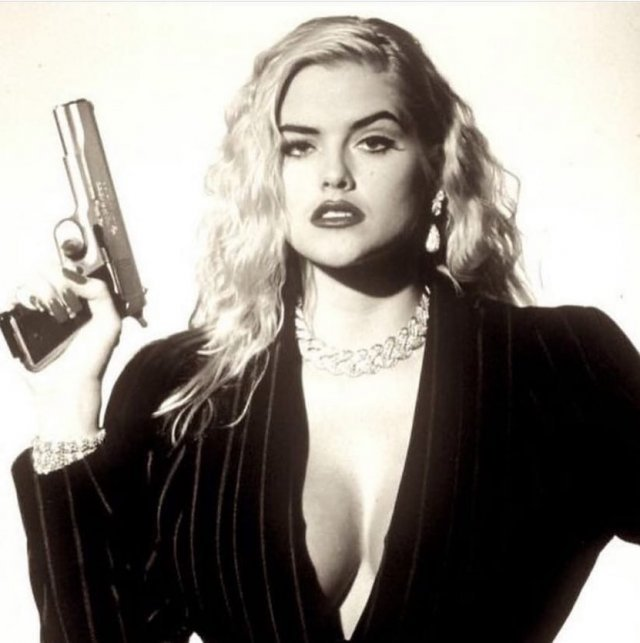 Знаменитые актрисы с пушками в руках на снимках