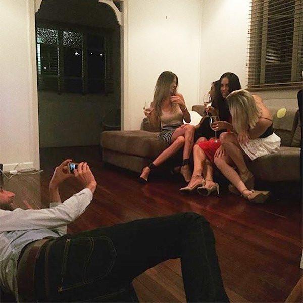 Парни инстаблогерш фотографируют своих девушек