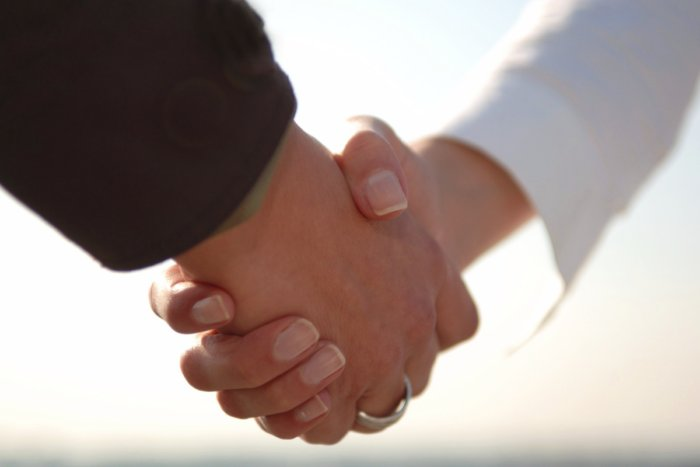Почему только у мужчин принято здороваться за руку