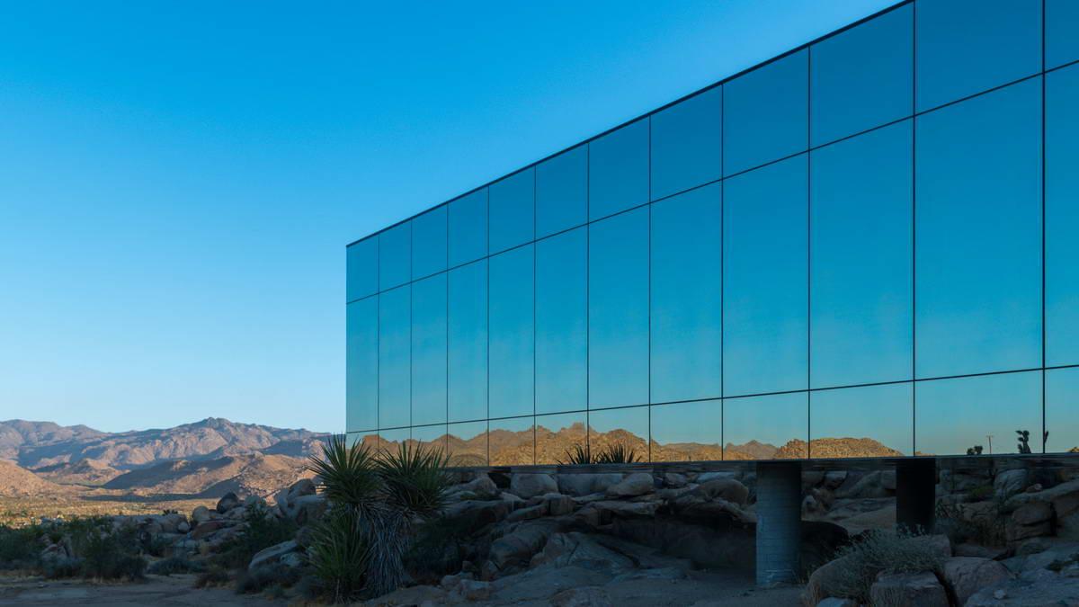 Невидимый зеркальный дом в Калифорнии
