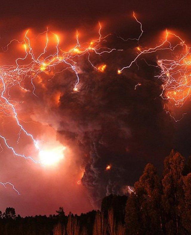 Электрические штормы в облаке пепла при извержении вулкана