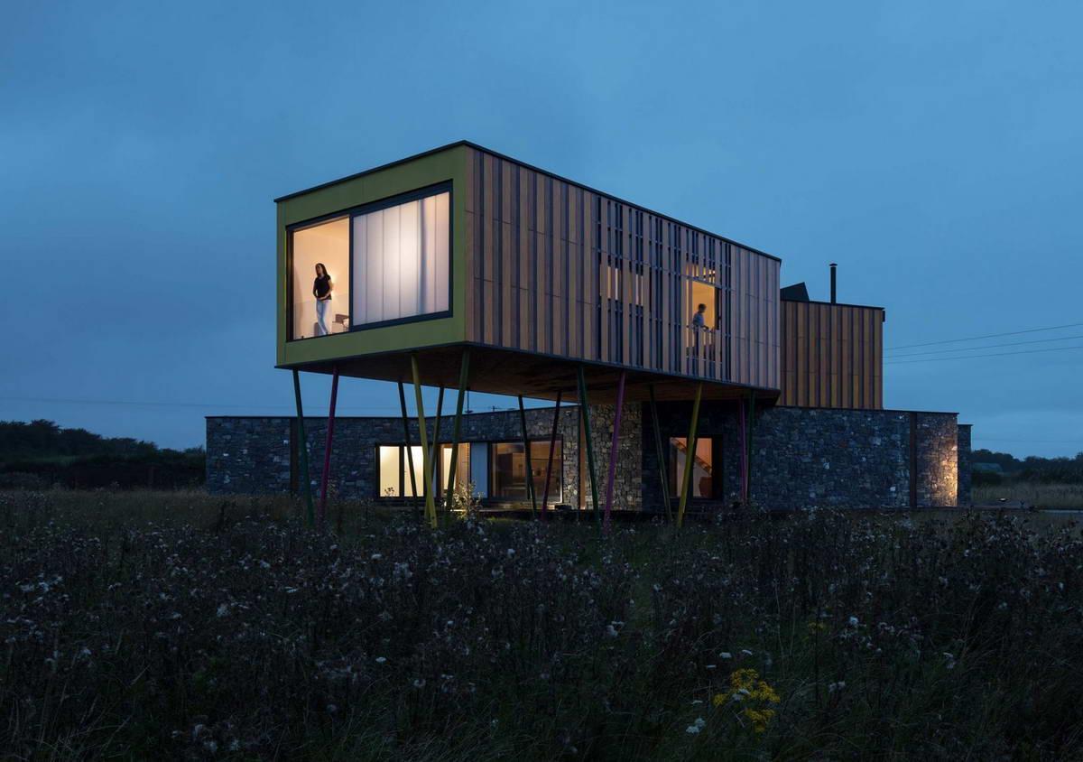 Современный дом посреди поля в Ирландии