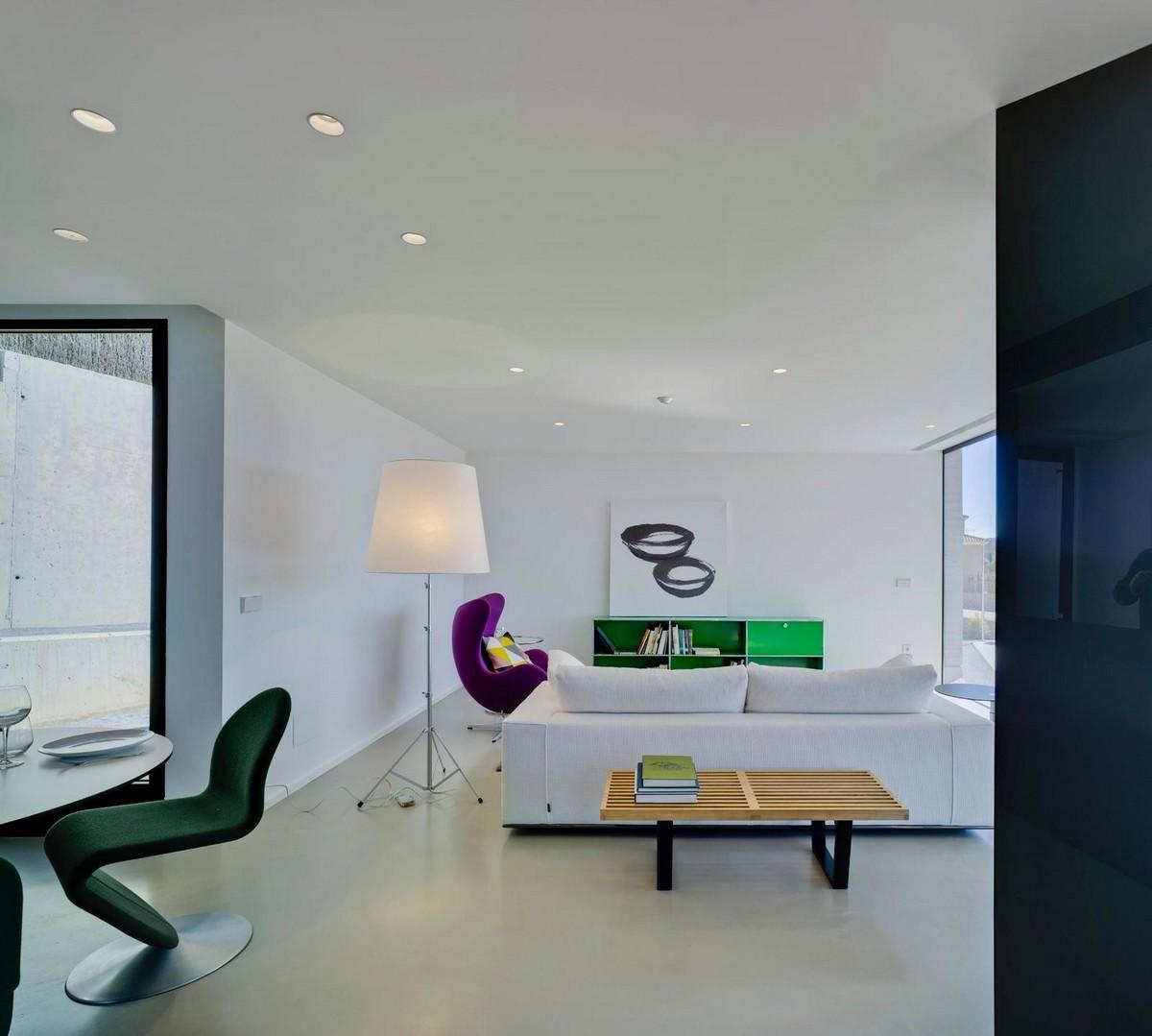 Бетонный дом с необычным дизайном в Испании