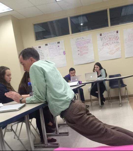 Ученики делятся снимками странных поз их преподавателей