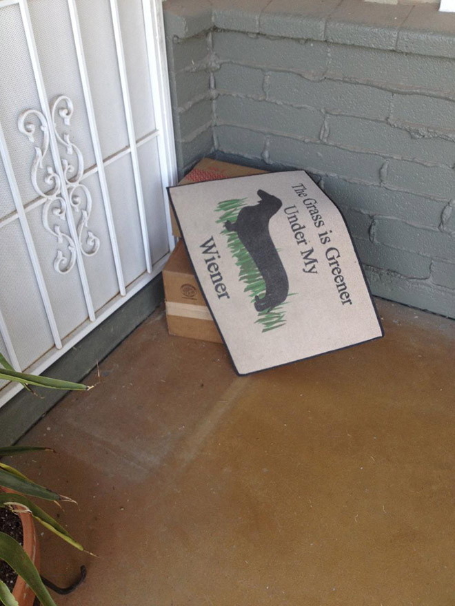 Курьеры, которые оставили под ковриком доставленные посылки