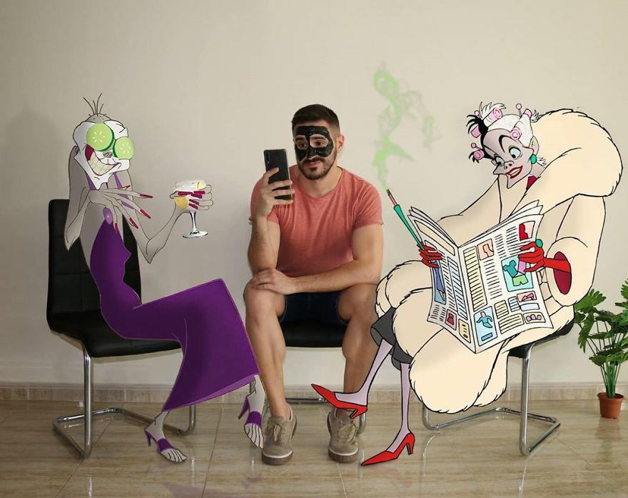 Парень делает снимки с диснеевскими персонажами