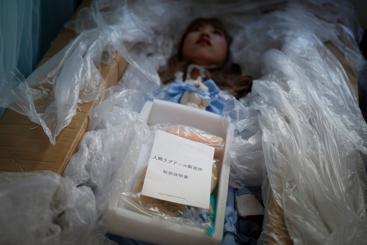 Японский художник устраивает похороны для секс-кукол