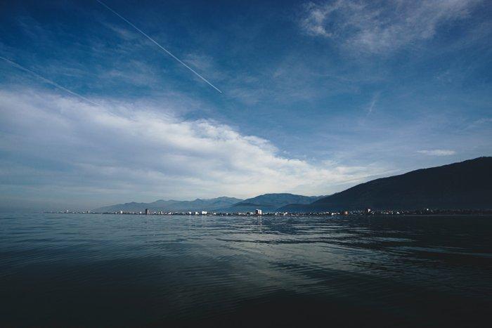 Почему Каспийское море часто называют озером?