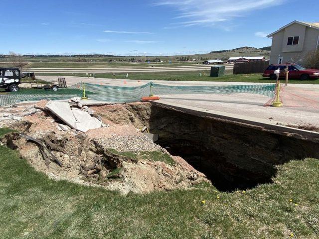 Провал на дороге в Южной Дакоте, под которым оказалась целая система пещер