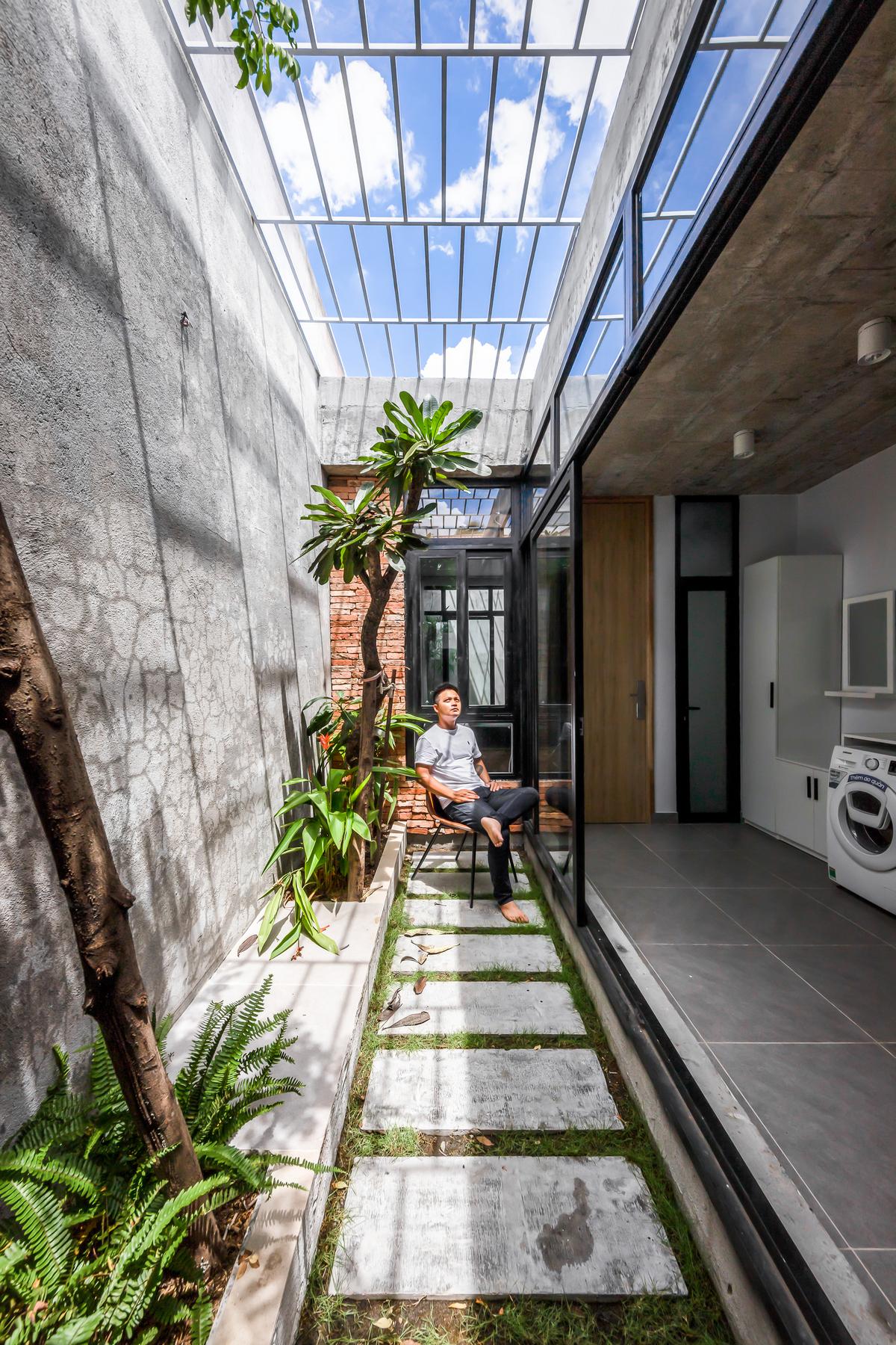 Узкий дом с зелёными пространствами во Вьетнаме