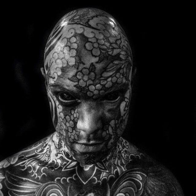 Французского учителя хотят лишить работы из-за большого количества татуировок