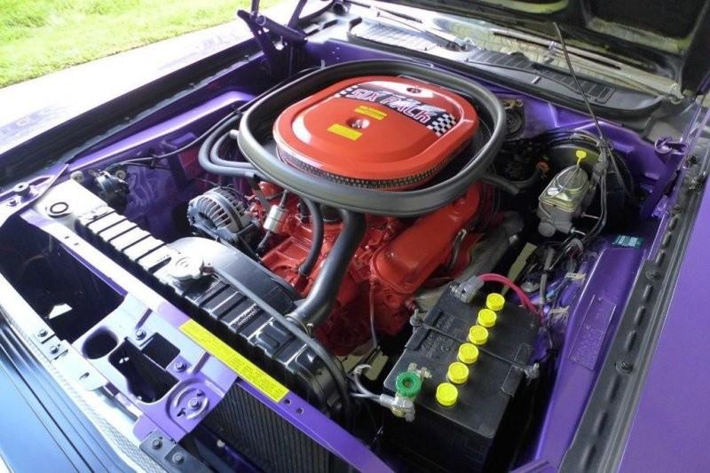 Отреставрированный фиолетовый Dodge Challenger T/A 1970