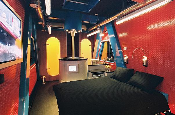 Необычный отель-подъемный кран Crane Hotel в Голландии