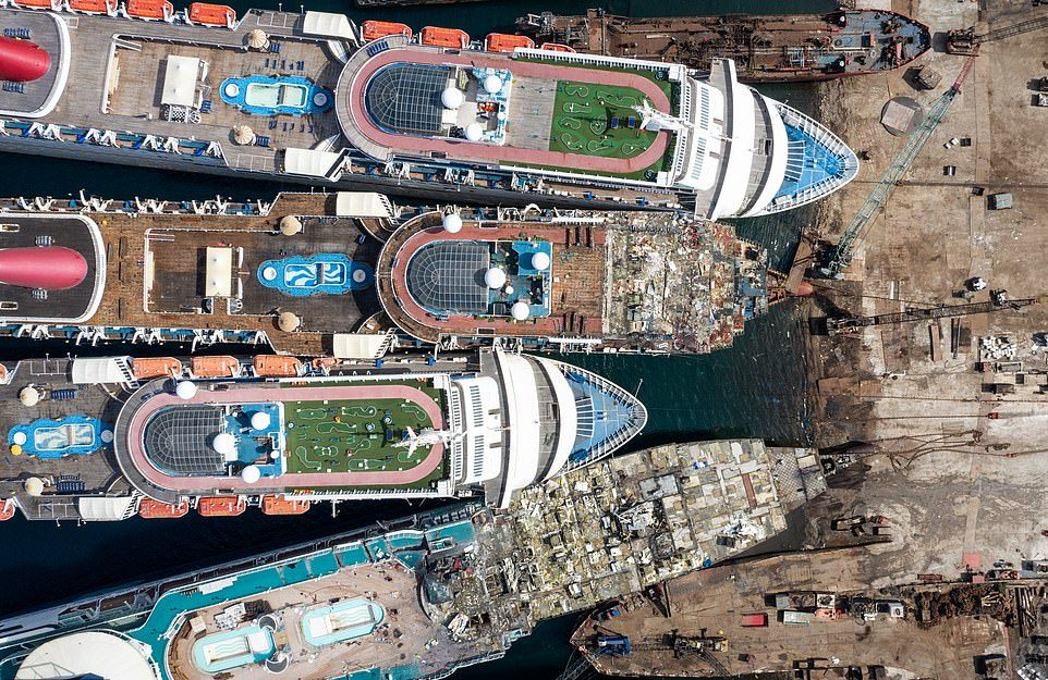 Кладбище круизных лайнеров на побережье Турции