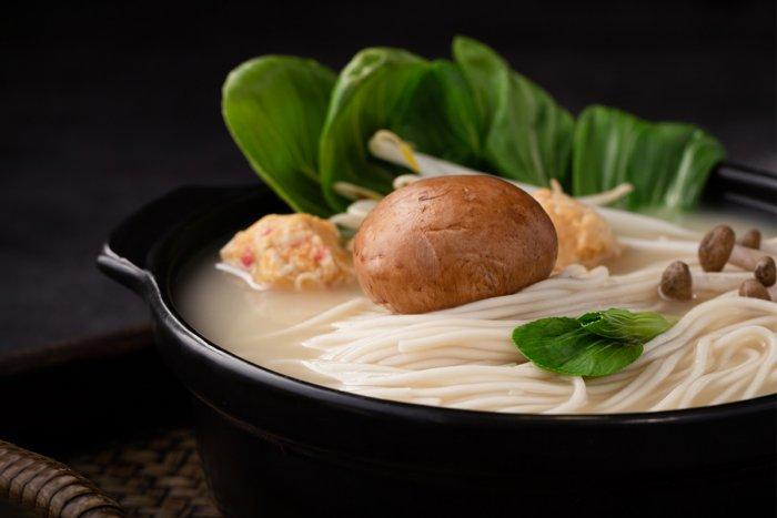 Почему в микроволновке больше греется тарелка, а не суп?