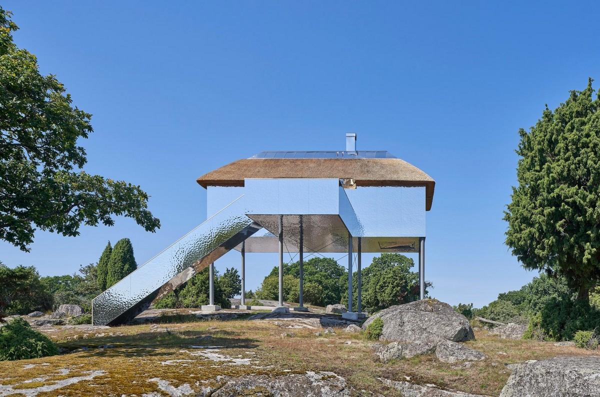 Необычный дом на металлических сваях в Швеции