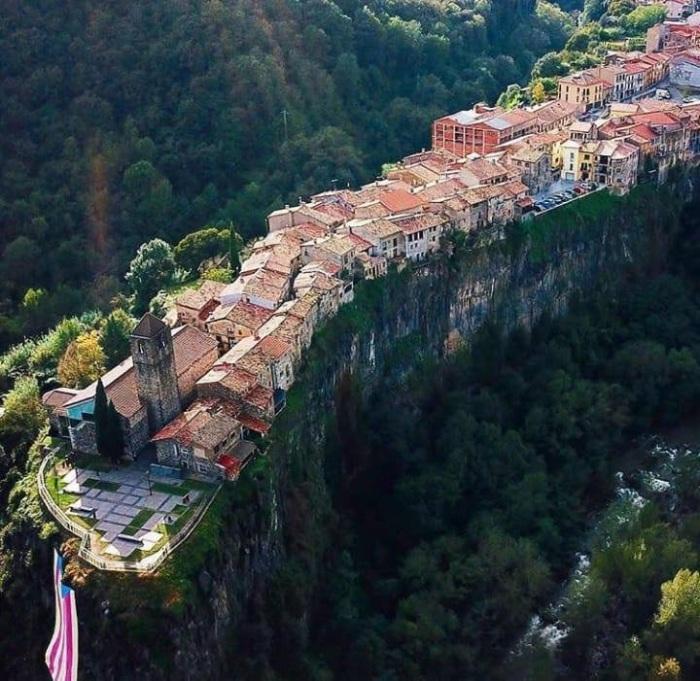 Как в Испании появился город на скале с единственной улицей
