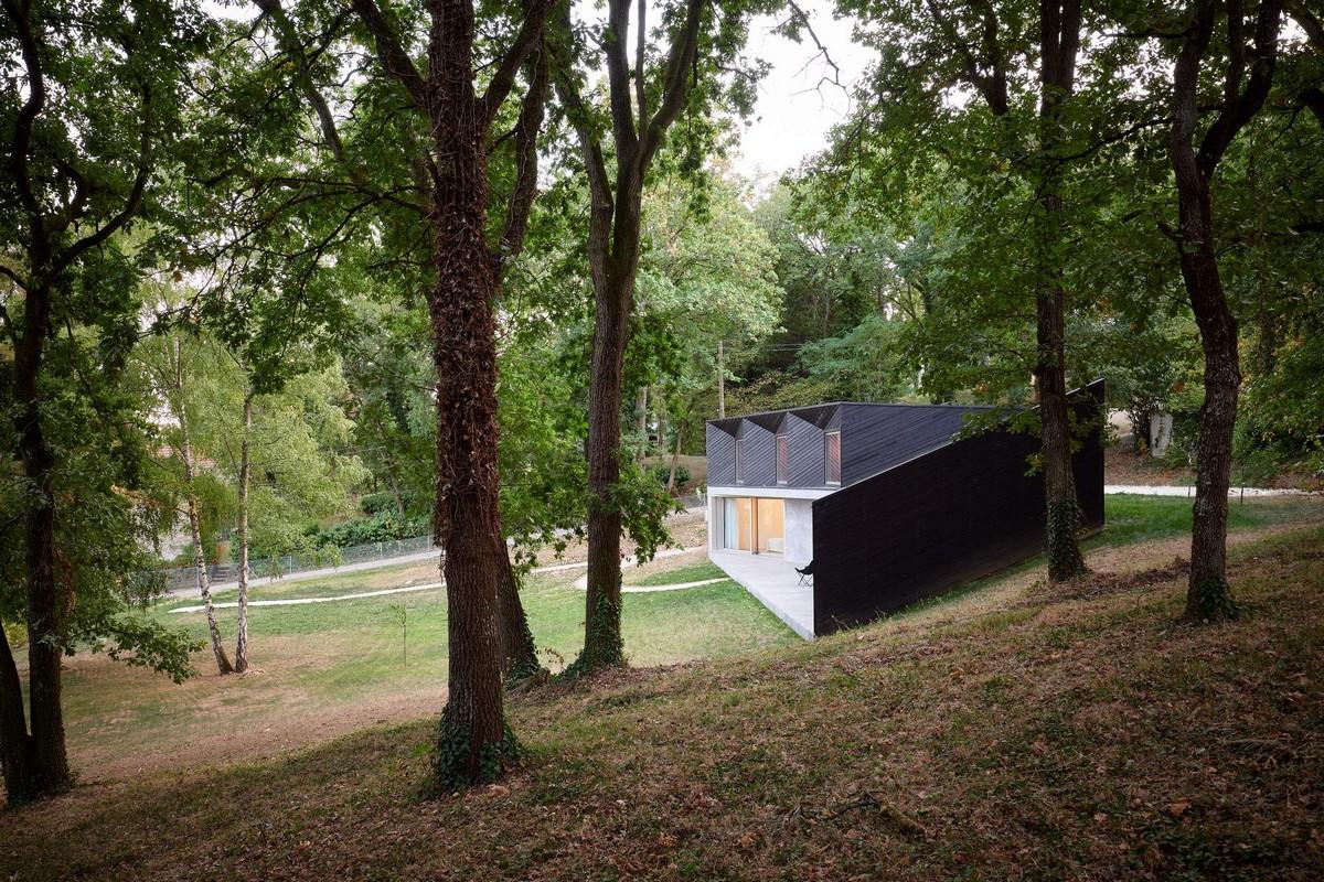 Загородный семейный дом на лесном склоне во Франции
