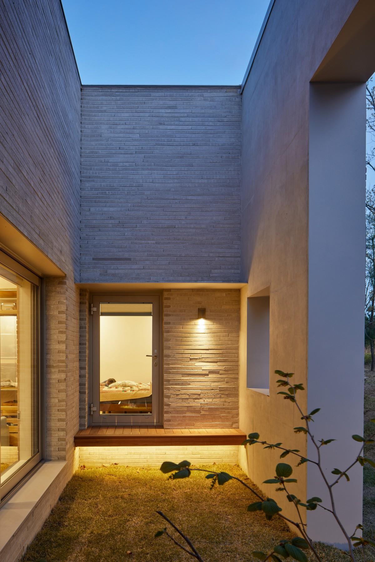 Кирпичный дом для двух семей в Южной Корее