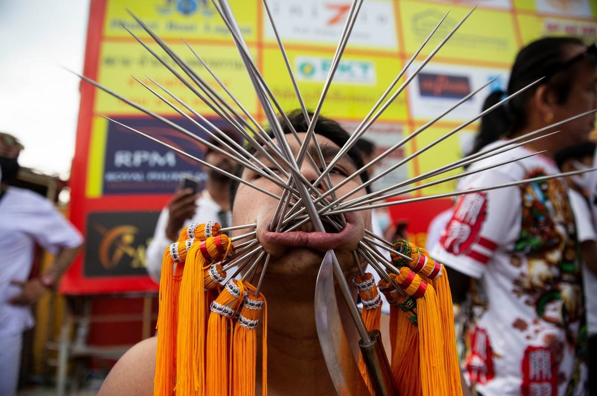 Верующие пронзают щеки на фестивале вегетарианцев в Таиланде