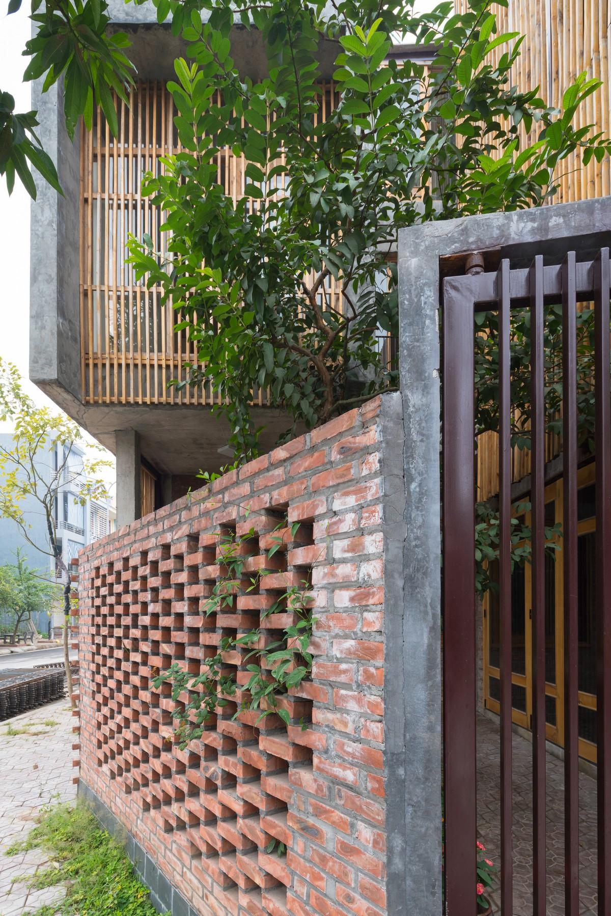 Угловой дом с террасой на крыше во Вьетнаме