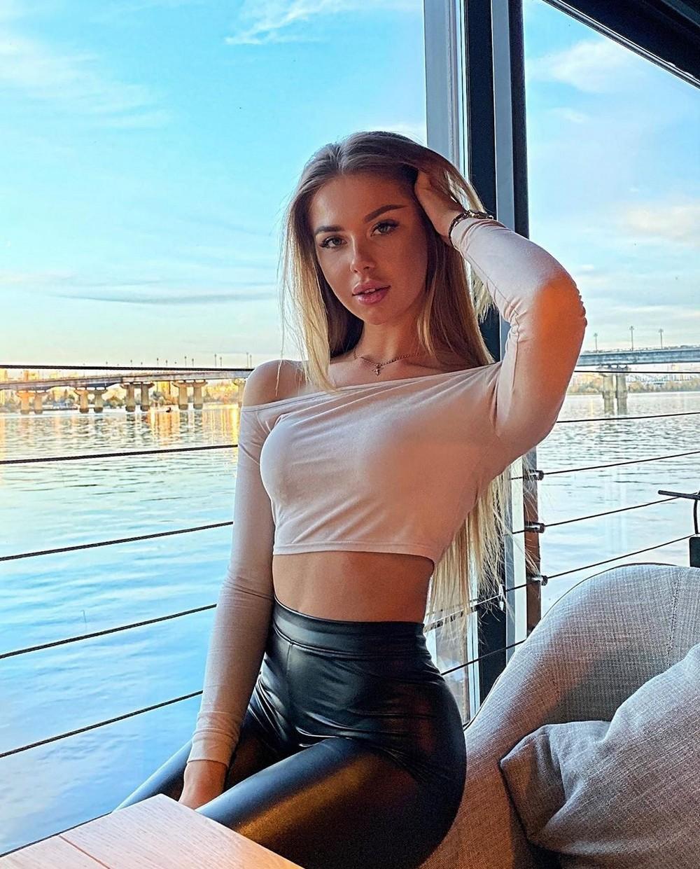 Красивые девушки в одежде из латекса
