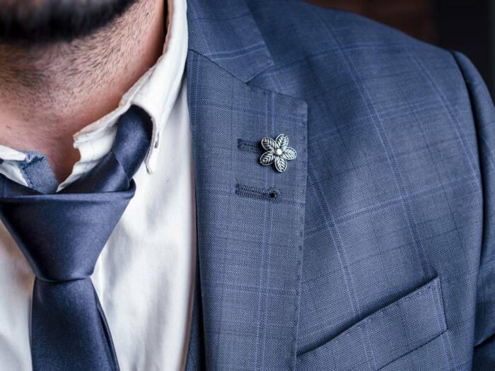 Зачем в некоторых пиджаках есть петелька слева на лацкане