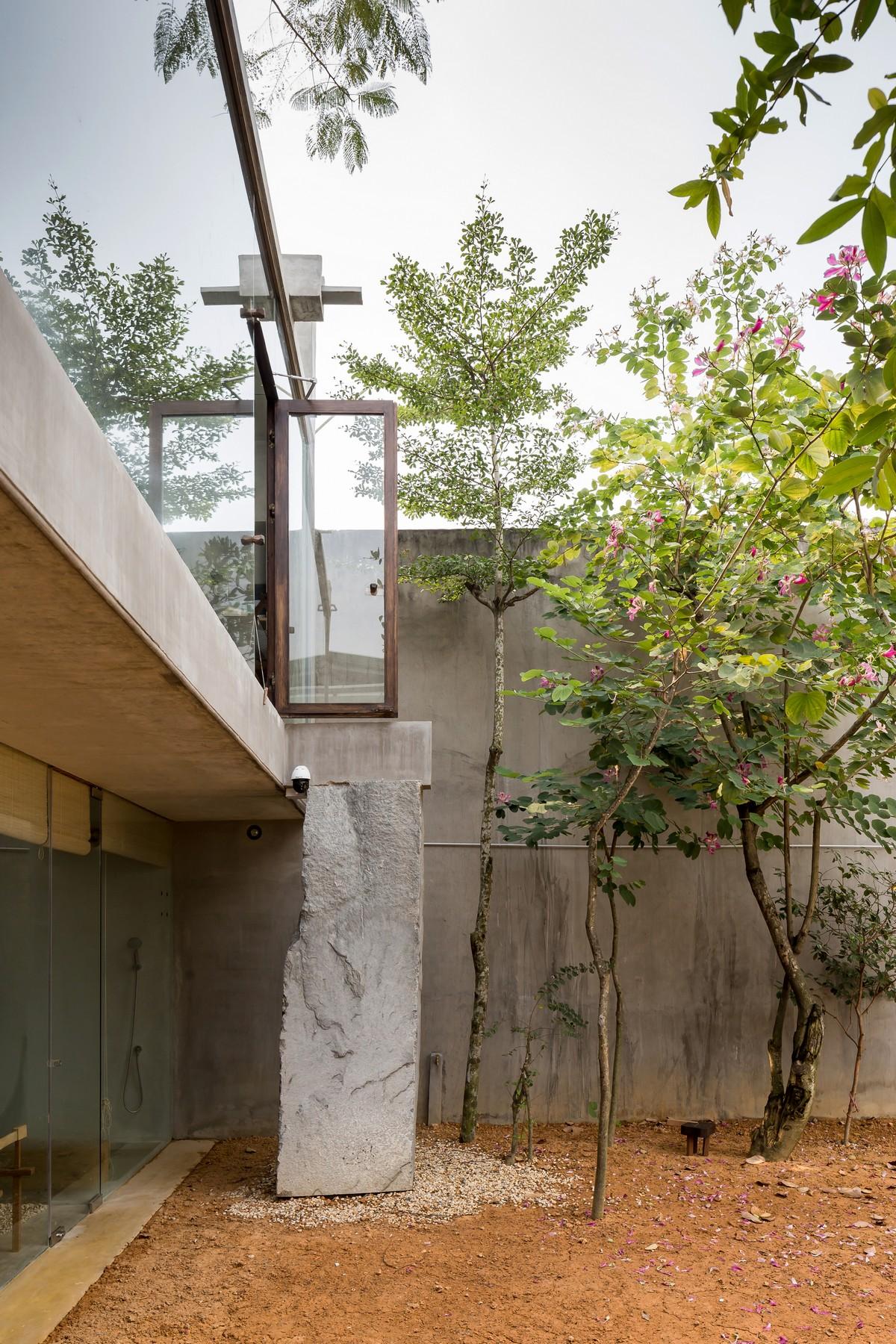 Современный дом с двором во Вьетнаме