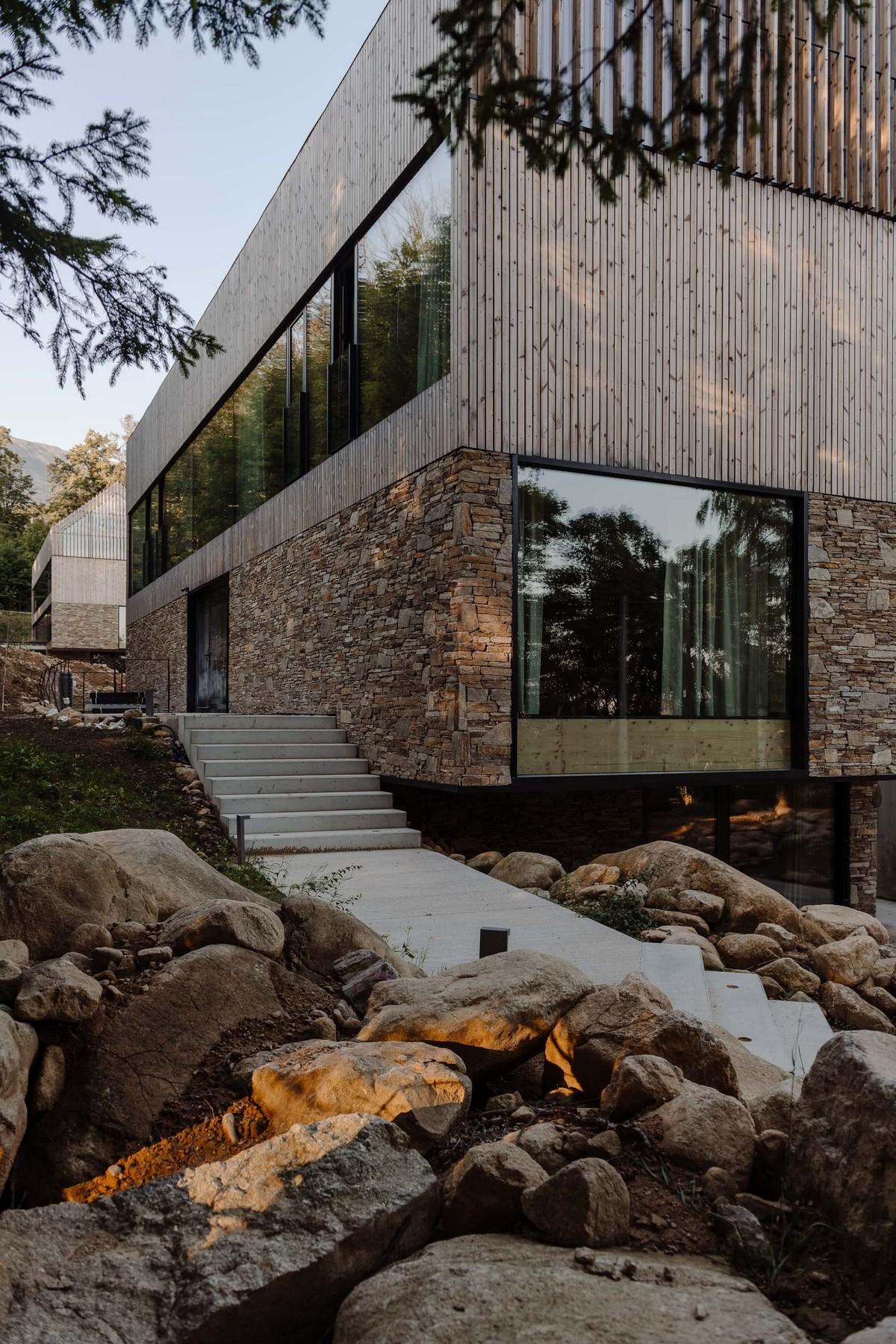 Два дома-близнеца из дерева, стекла и камня в Польше