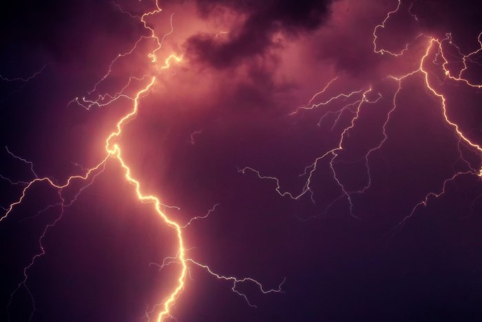 А бывает ли молния без грома?