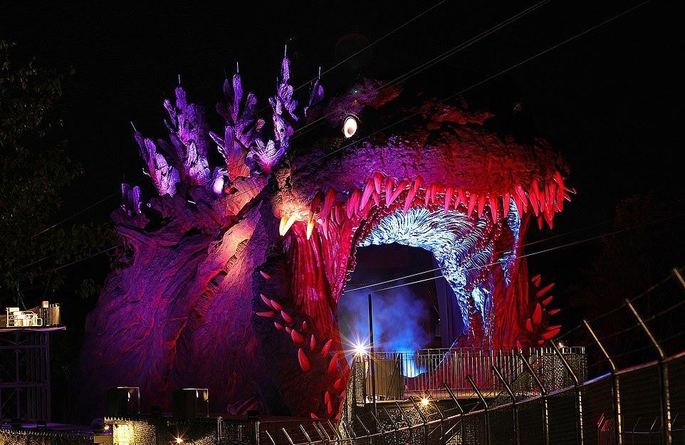 Годзилла в натуральную величину в японском тематическом парке