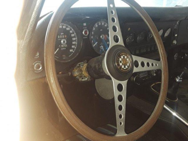 Раритетный ржавый Jaguar E-Type простоял 30 лет без движения