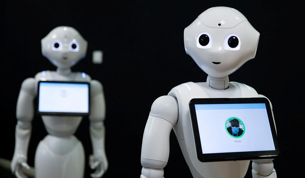 Роботы помогают людям на снимках из разных стран