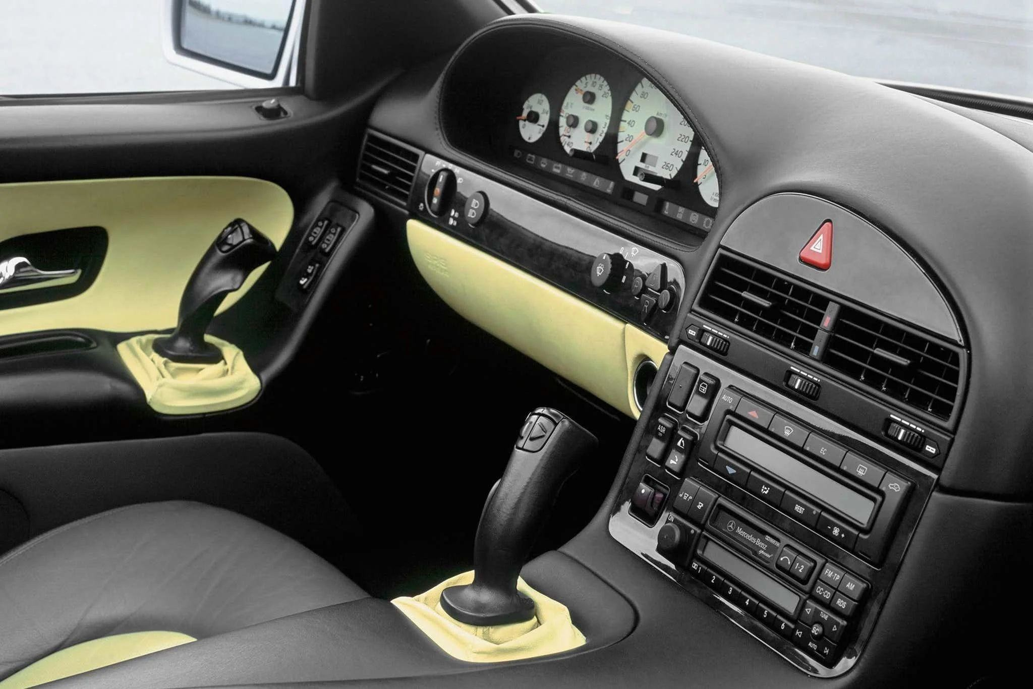 Необычный Mercedes-Benz SL с джойстиками вместо руля