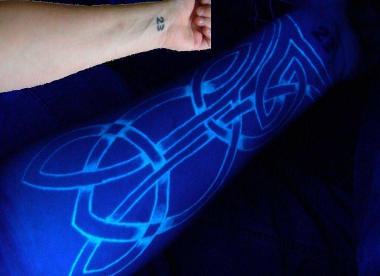Яркие ультрафиолетовые татуировки