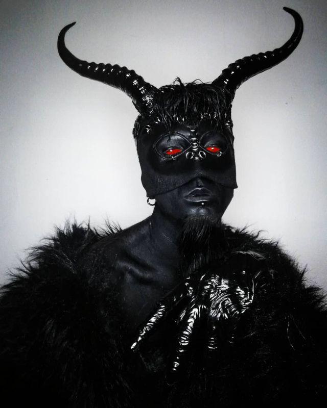 Татуировщик Филипп Ройер, превративший себя в гламурного вампира