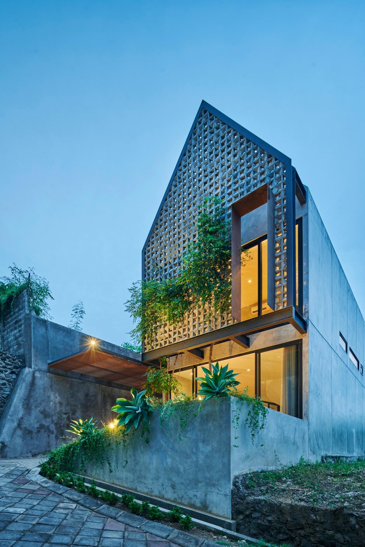Загородный дом из блоков с двором в Индонезии