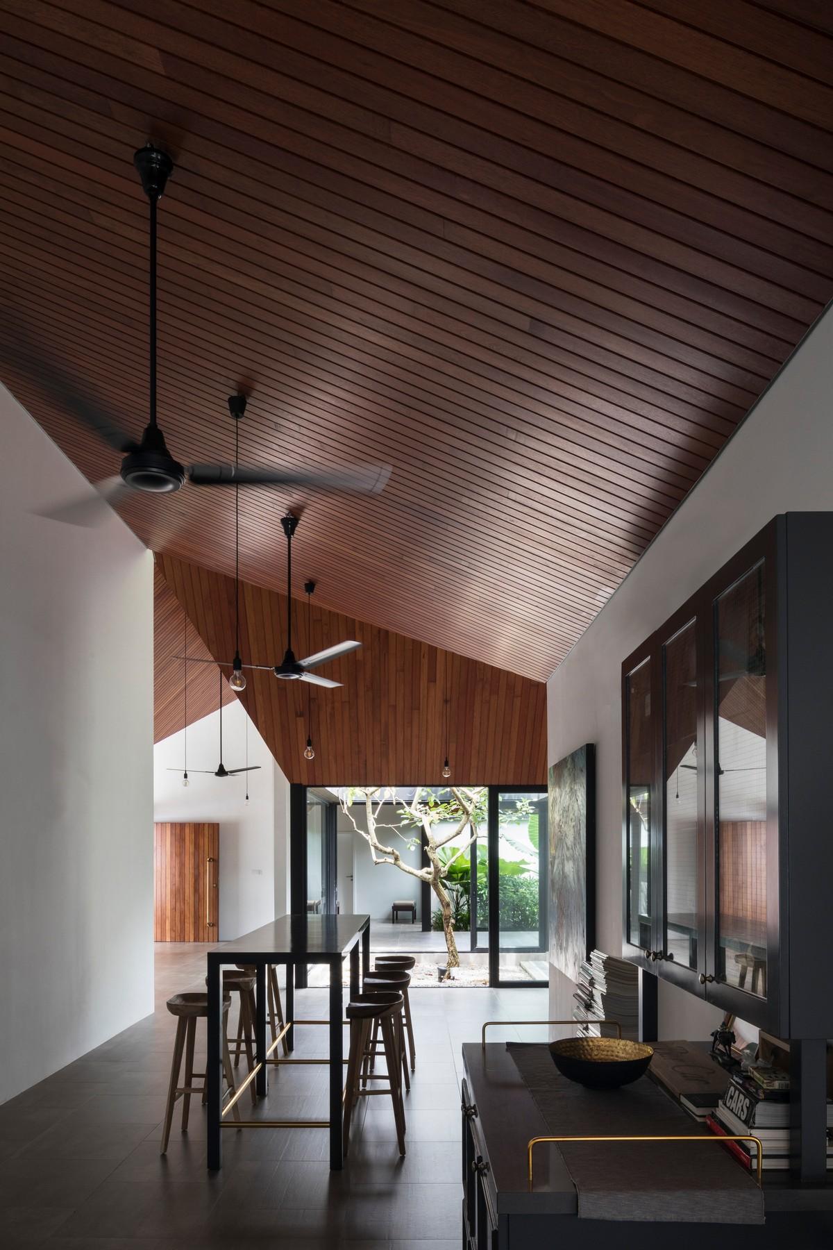 Дом с десятью двориками и бассейном в Малайзии