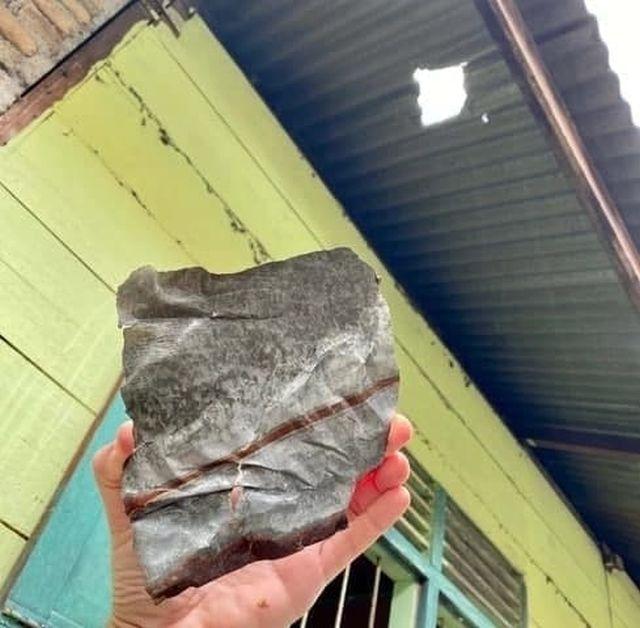 Гробовщик из Индонезии стал миллионером после того, как на его дом упал метеорит