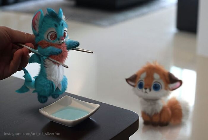Художник придумывает милых цифровых существ