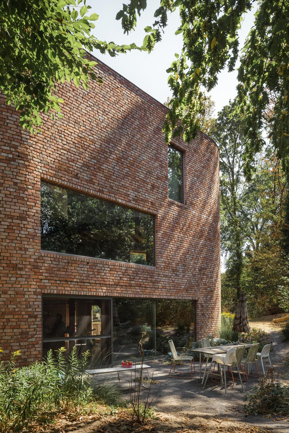 Кирпичный дом без прямых углов в Бельгии