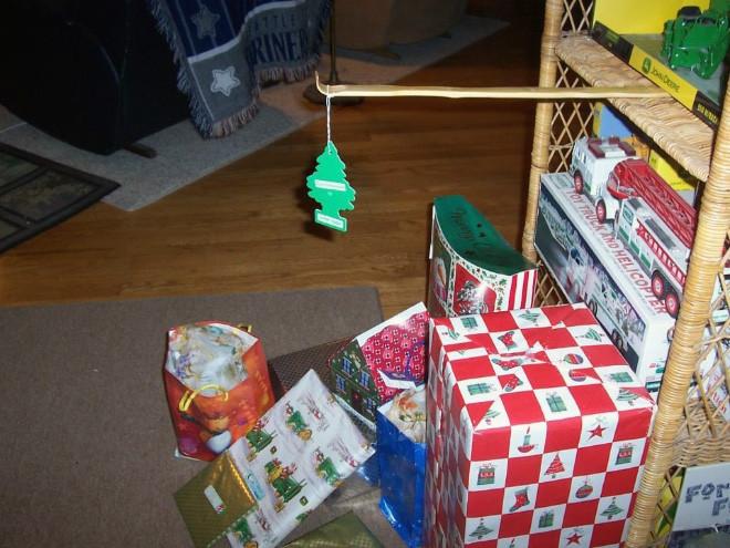 Способы защиты новогодней ёлки от домашних питомцев