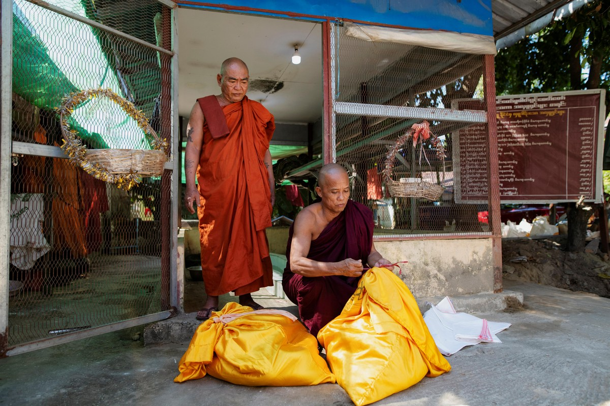 Мьянманский монах укрывает пойманных змей в монастыре