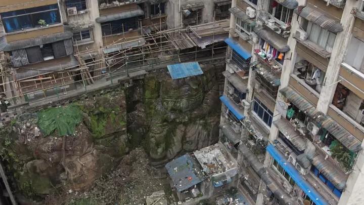 В Китае обнаружили огромную статую Будды без головы под многоэтажкой